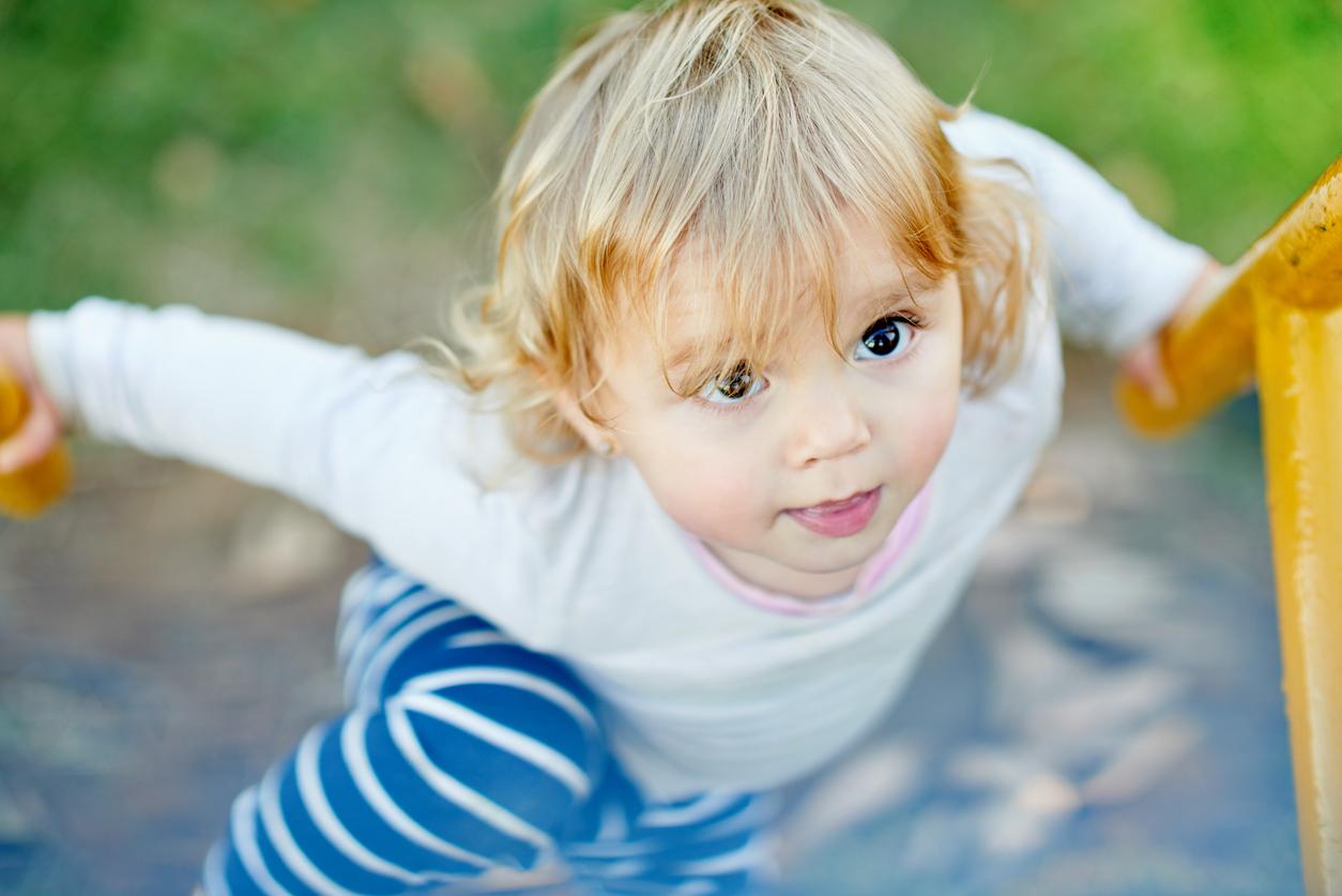 Enfant en mouvement curieux 4